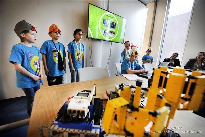 Basisschool de Telgenborch is doorgedrongen tot de regionale ronde van de First Lego League en wordt ontvangen door wethouder Javier Cornelissen. © Annina Romita
