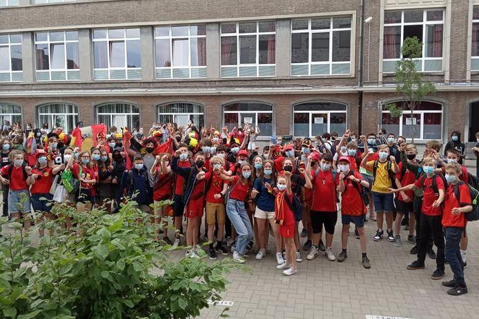 Examens of niet, ook leerlingen van het Oscar Romerocollege namen de tijd om een gepaste supportersoutfit uit te zoeken.