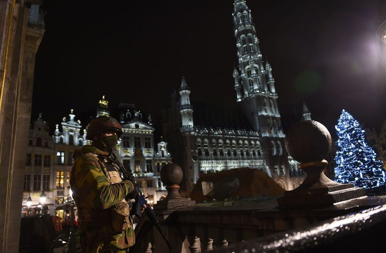 Militairen staan aan de rand van de Grote Markt in het centrum van Brussel tijdens de anti-terreuractie van afgelopen weekend. Beeld anp