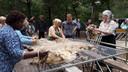 De wol wordt meteen gesorteerd, in goede en minder goede kwaliteit.