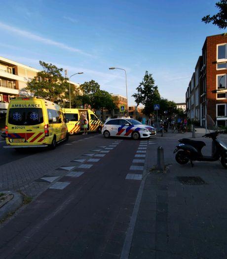 Scooterrijders naar ziekenhuis na botsing met auto in Wageningen