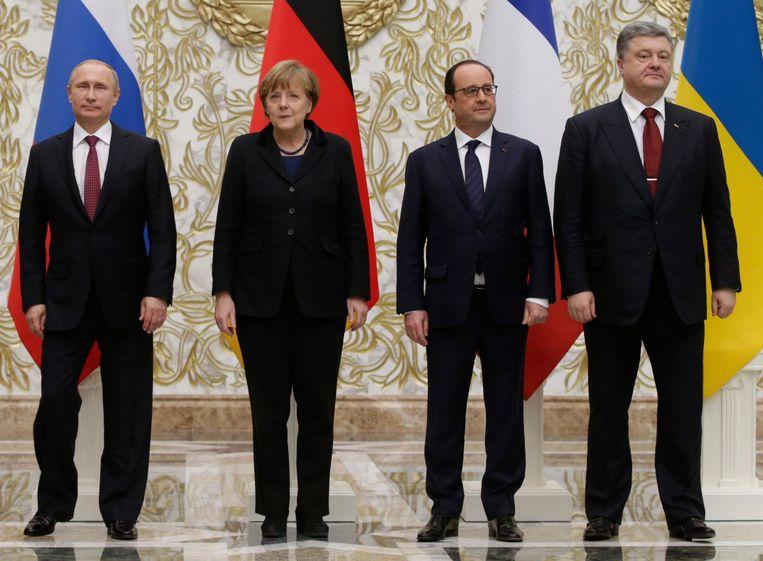 De Russische president Vladimir Poetin, de Duitse bondskanselier Angela Merkel, de Franse president François Hollande en de Oekraïense president Petro Poroshenko na de vredesgesprekken in Minsk. Beeld EPA