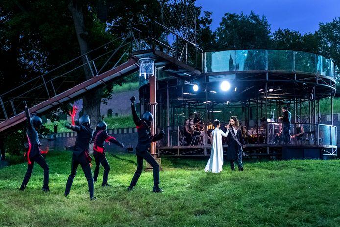 Holland Opera vierde zijn 25-jarig jubileum met de opera King Lear op Fort Rijnauwen. De thuisbasis is de Verensmederij in Amersfoort.