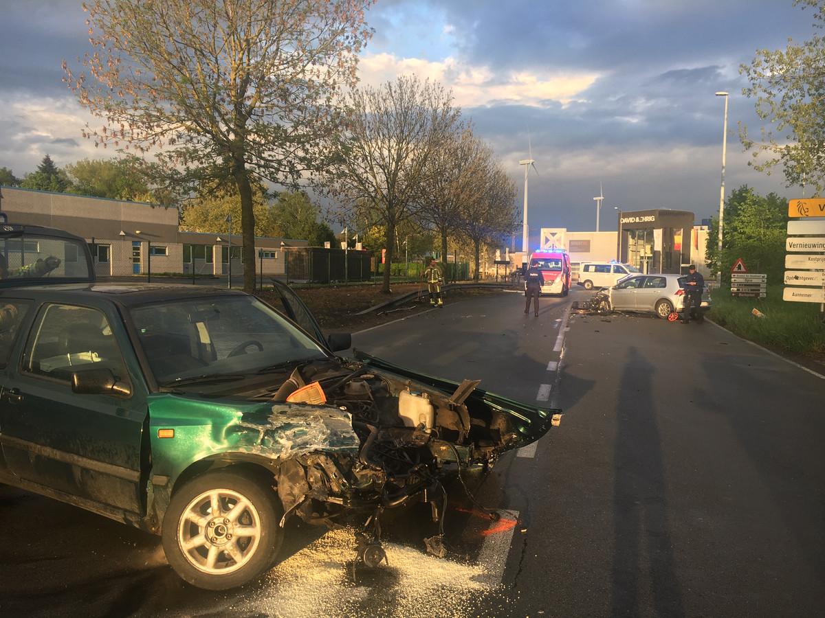 Beide voertuigen raakten zwaarbeschadigd en moesten getakeld worden.