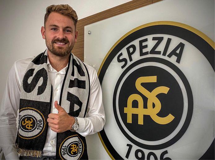 Jeroen Zoet bij het logo van Spezia, zijn nieuwe club in Italië.
