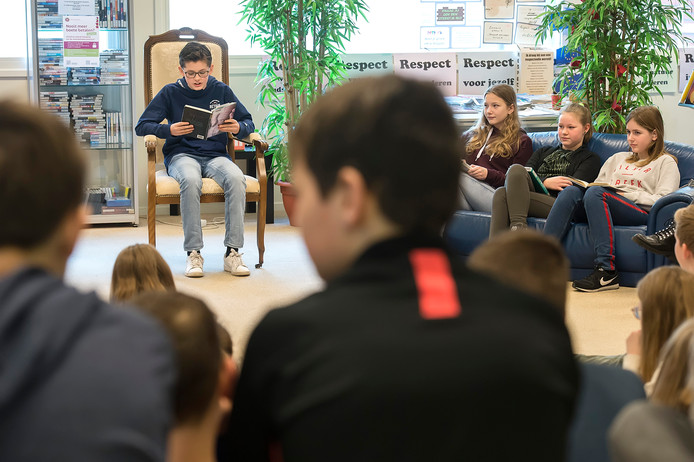 Faas Oostvogels is de enige jongen onder de finalisten die meedoen aan de voorleeswedstrijd op het Mencia Sandrode in Zundert.