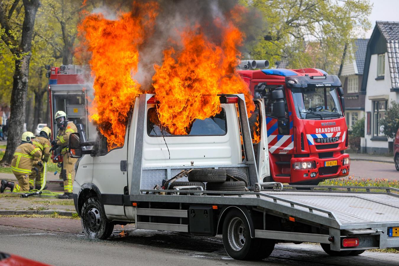 Vlammen slaan hoog uit een autotransporter op de Arnhemseweg in Apeldoorn.
