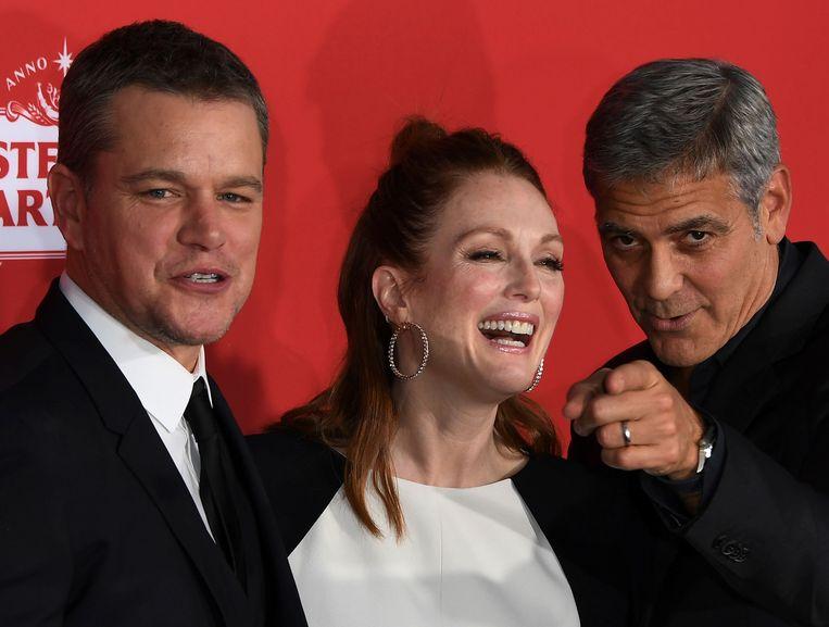 Moore met tegenspeler Matt Damon en regisseur George Clooney op de première van Suburbicon in Westwood, California.