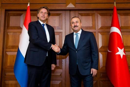 Minister Bert Koenders van Buitenlandse Zaken (R) ontmoet zijn Turkse ambtgenoot Mevlut Cavusoglu tijdens zijn bezoek aan Turkije