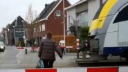 Vrouw steekt gesloten spooroverweg over... En wordt gefilmd door 11-jarig meisje