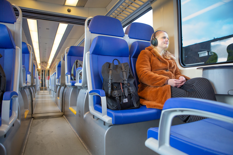 Rianne van Leeuwen reist met de trein. Tot 1 juni mag dat nog zonder mondkapje.