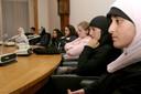 Enkele jonge allochtone vrouwen bezoeken in 2004 in Roosendaal een commissievergadering.