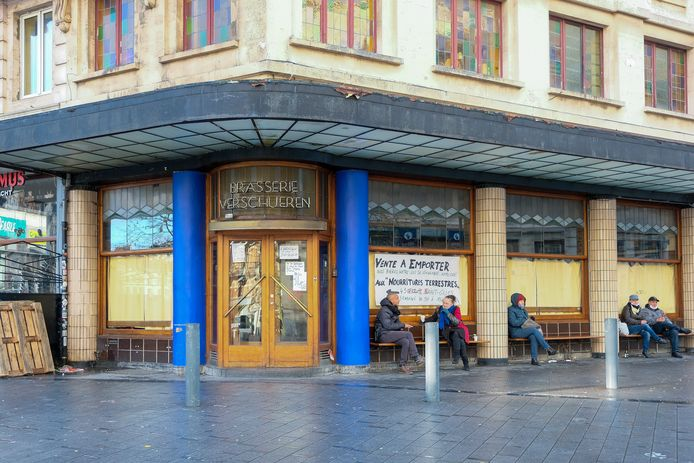 (Beeld ter illustratie) Vaste klanten verzamelen buiten aan Brasserie Verschueren in Sint-Gillis, een van de vele Brusselse horecazaken die een actie op poten zette om het hoofd boven water te houden.