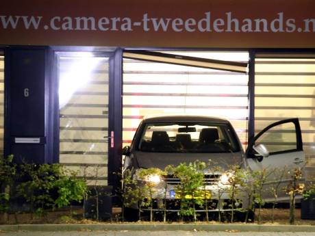 Voorpui aan gort na ramkraak bij camerawinkel in Waardenburg: 'Voor een buit van een paar honderd euro'