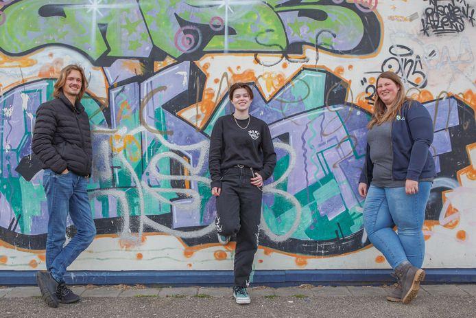 Steenbergse jongeren Rutger Bosselaar (links) en Sarah Keijzer (midden) werkten mee aan de corona-rap. rechts Iris de Korte van Jongerenwerk