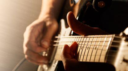 Jazzmuzikant speelt gitaar tijdens hersenoperatie