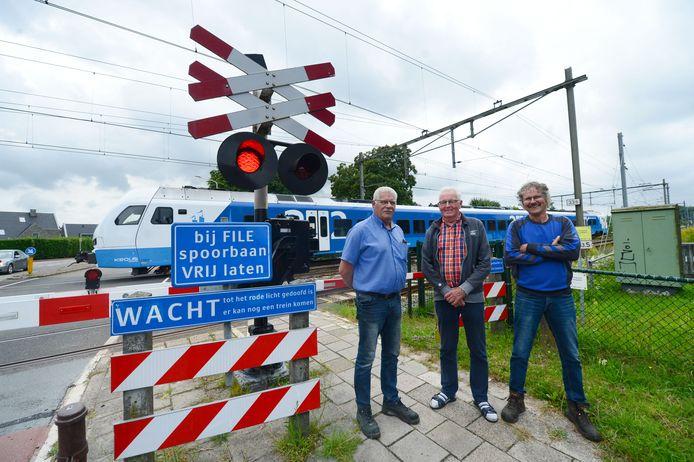 Buurtbewoners Johan Lesscher, Tjabering Stek en Johan van Buuren slingerden deze zomer de overlast bij spoorwegovergang aan de Hexelseweg in Wierden aan.