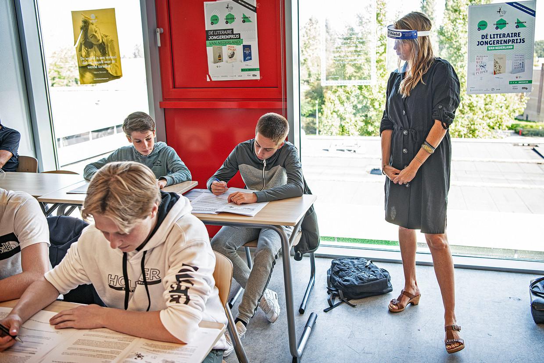 Janneke Stuulen geeft les met een gezichtsmasker.  Beeld Guus Dubbelman / de Volkskrant