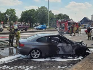 BMW brandt uit op parking voor gemeentehuis