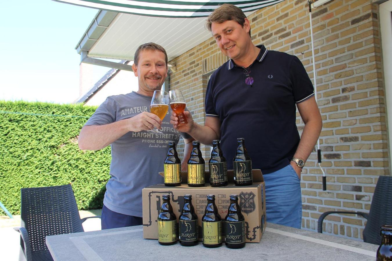 Buren Jurgen Vermeylen en Chris Vandecaveye met hun bieren Jurist Triple Gold en Jurist Pro Deo.