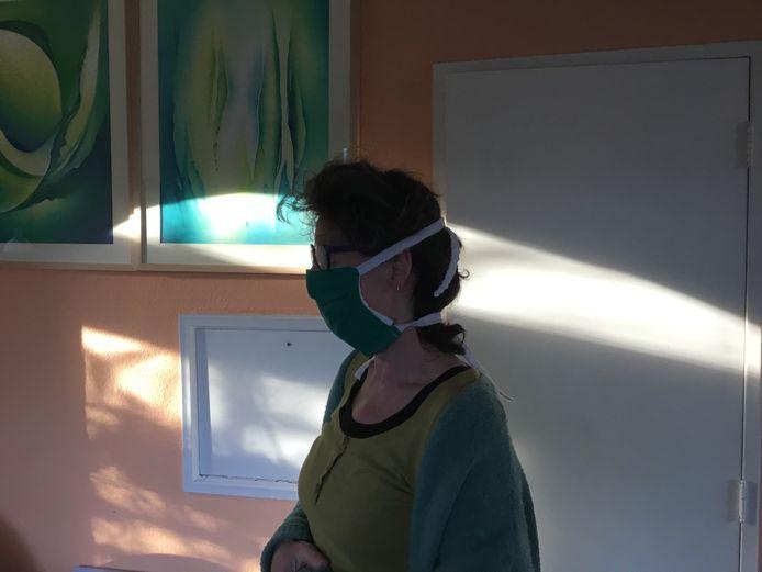 Verpleegkundige Sonja Schoppers met een zelfgemaakt mondkapje.