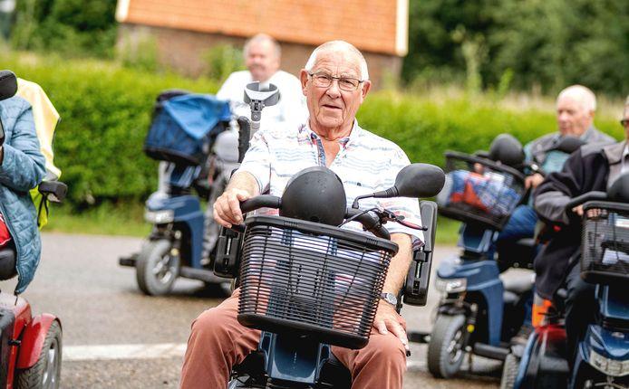 Henk Hermsen te midden van de andere scootmobielrijders.