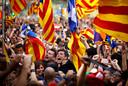 Mensen vieren feest in de straten van Barcelona nadat het Catalaanse parlement de onafhankelijkheid heeft uitgeroepen. Spanje neemt in reactie daarop het bestuur in Catalonië over. Foto: Emilio Morenatti