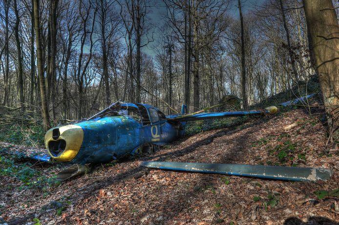 De Ryan Navion uit de na-oorlogse jaren werd in 2017 naar het Kluisbos gebracht voor de opnames van de kortfilm 'Maverick'. En daar ligt het vliegtuig vandaag nog altijd.
