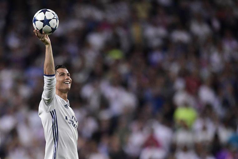 Cristiano 'CR7' Ronaldo houdt de bal hoog nadat Real Madrid (on)terecht won van Bayern München. Beeld null