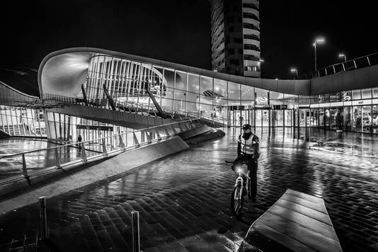 Een agent tijdens de avondklok bij het station in Arnhem.