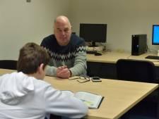 Grote jongens onder de huiswerkbegeleiders worden voorgetrokken, zegt een kleinere