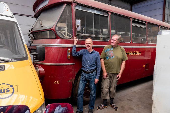 Marnix van der Schilt (links) en Rob van Hengel bij de oude rode bus uit Soest.
