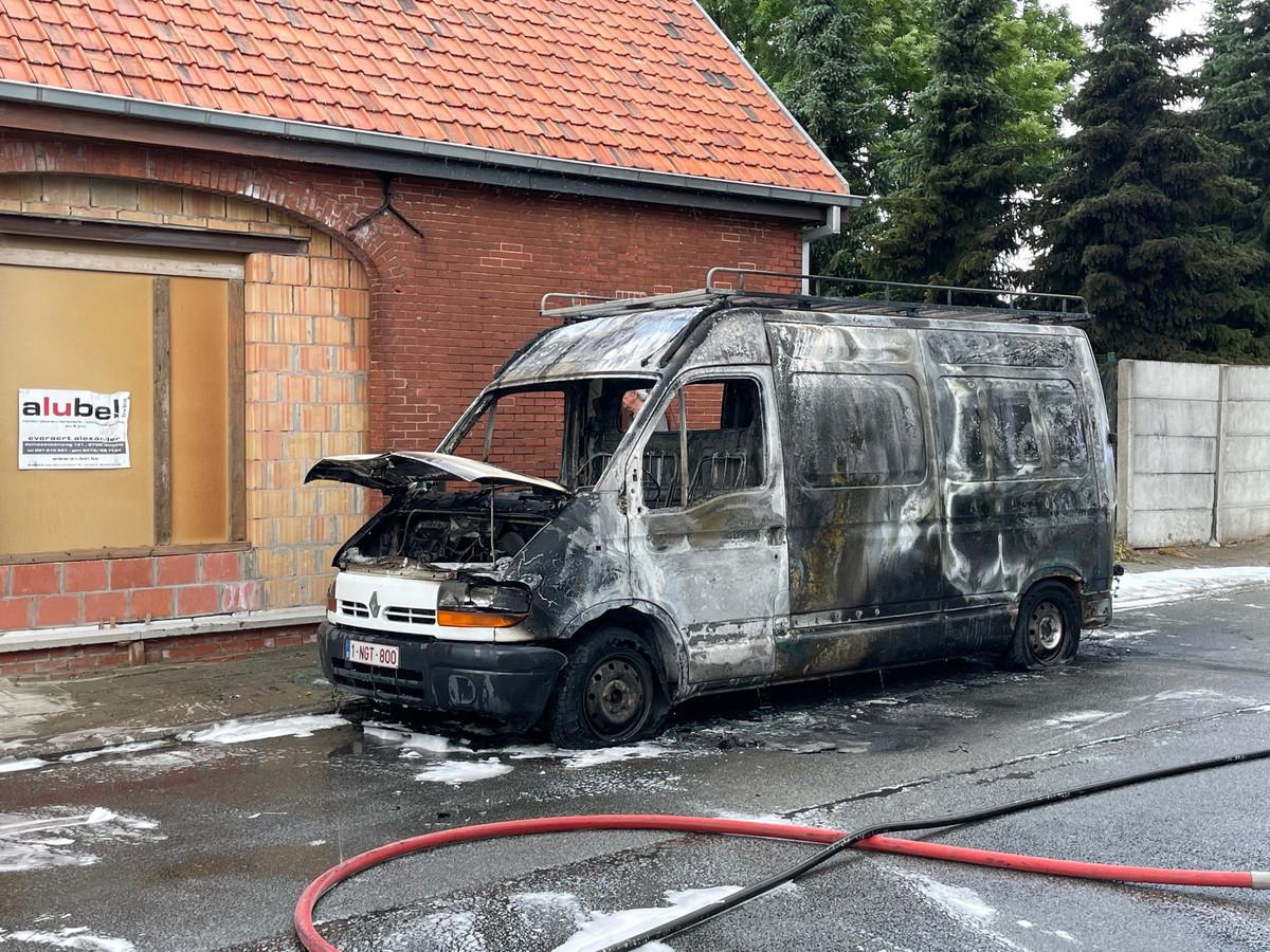 De bestelwagen ging volledig in de vlammen op.