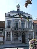 Het torentje op het oude gemeentehuis op de Markt van Assenede werd weggehaald.