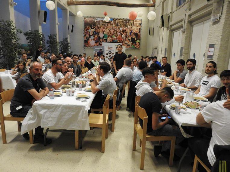 Vorig jaar verbroederden de politie en de boksers samen aan tafel.