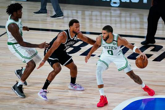 Jayson Tatum namens Boston Celtics in duel met Justin Anderson (Brooklyn Nets).