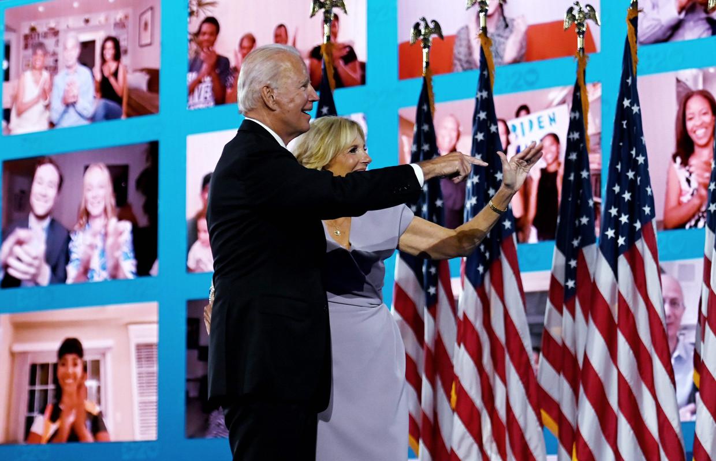 Democratisch presidentskandidaat Joe Biden en zijn vrouw Jill op de partijconventie in het Chase Center in Wilmington, Delaware. Beeld AFP