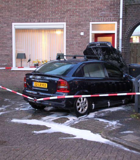 Autobrand op oprit Tollenstraat in Almelo: Brandstichting waarschijnlijk