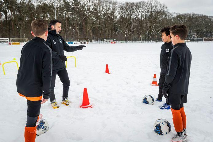 Een training van twee uur - weer of geen weer - is geen uitzondering voor trainer Andoni Urresti (l) en zijn jeugdteam bij Tivoli.