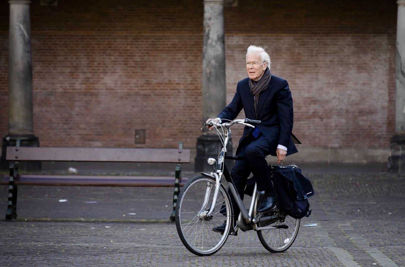 Tjeenk Willink arriveert met de fiets op het Binnenhof, als informateur in 2017.