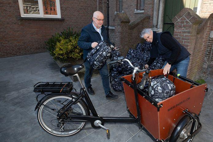 Hugo van Rooij levert de overlevingspakketten af bij pastor Rob Kosterman.