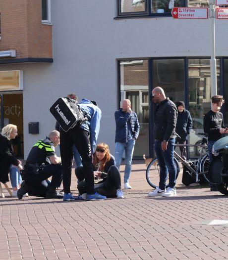 Brommobiel knalt frontaal tegen scooterrijdster op kruispunt in Apeldoorn