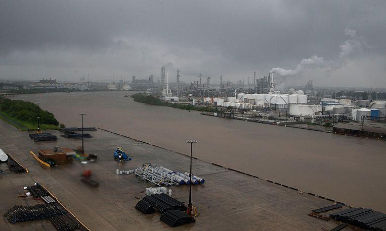 Het scheepskanaal van Houston met op de achtergrond olieraffinaderijen die na de doortocht van orkaan Harvey voor een enorme toename van schadelijke chemische uitstoot hebben gezorgd. Beeld afp