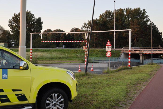 Rijkswaterstaat heeft dinsdagochtend tijdelijk de loshangende balk weg laten halen.