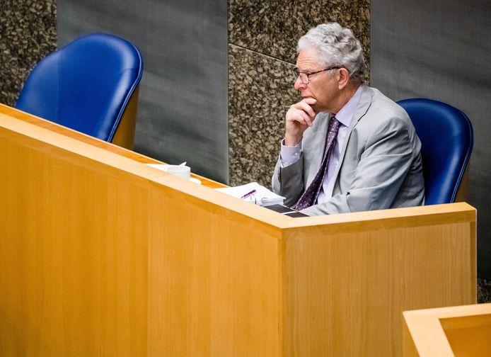 Initiatiefnemer Gary Yanover van het burgerinitiatief voor de afschaffing van de hondenbelasting tijdens het Kamerdebat. Hij is teleurgesteld na het debat: ,,Ik heb het gevoel dat een zekere politieke doofheid ontstaat in Den Haag als het partijen uitkomt. Dat geeft toch een beetje een kater.''