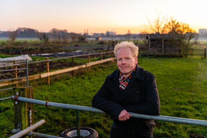 Bram Veldhuis is initiatiefnemer van Herenboeren bij de boerderij aan de Universiteitsweg. Het project dreigt te mislukken.