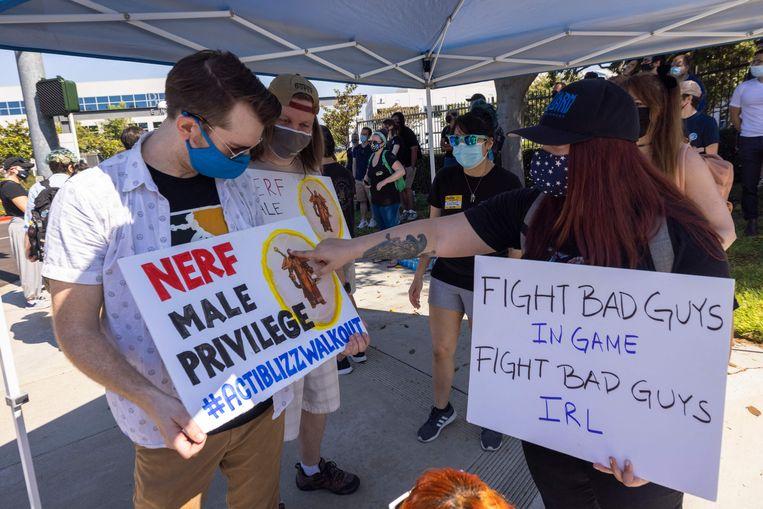 Werknemers van het Amerikaanse gamebedrijf Activision Blizzard protesteren voor het hoofdkantoor tegen discriminatie en seksuele intimidatie op de werkvloer.  Beeld AFP