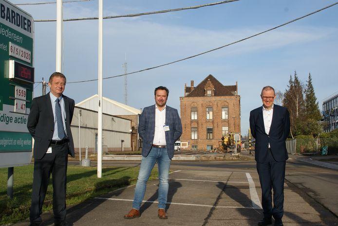 Michel Huyghe, schepen van Werk Pablo Annys en Peter Boels op de terreinen van Bombardier in Brugge.