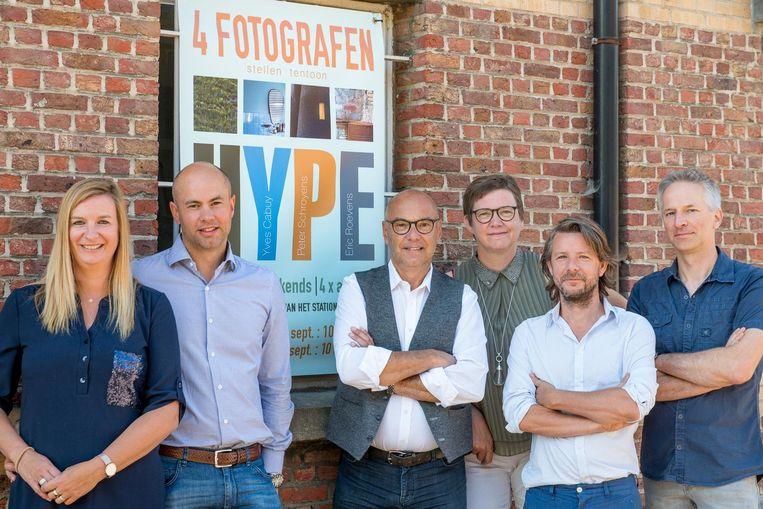 Eigenaars Inge Verswijvel en Nick Horemans (links), met de vier fotografen Yves Cabuy, Hilde Van Hool, Peter Schroyens en Eric Roevens.