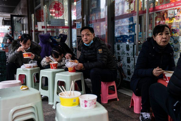 Ontbijt op een terras in Wuhan, januari 2021. Het normale leven in de stad is grotendeels hervat.  Beeld Getty